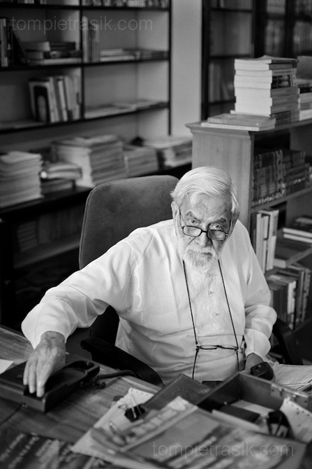 Ram Advani amongst the shelves of his popular bookstore. Lucknow, India ©Tom Pietrasik 2009