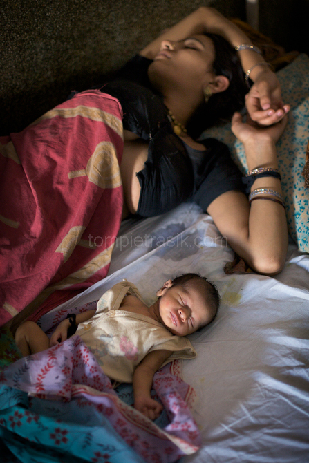 A mother with her newborn baby on the labour ward at Shivpuri District Hospital. Madhya Pradesh, India. © Tom Pietrasik 2009
