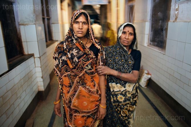 A woman, accompanied by her mother in law, heads toward the labour ward at Shivpuri District Hospital. Madhya Pradesh, India. © Tom Pietrasik 2009