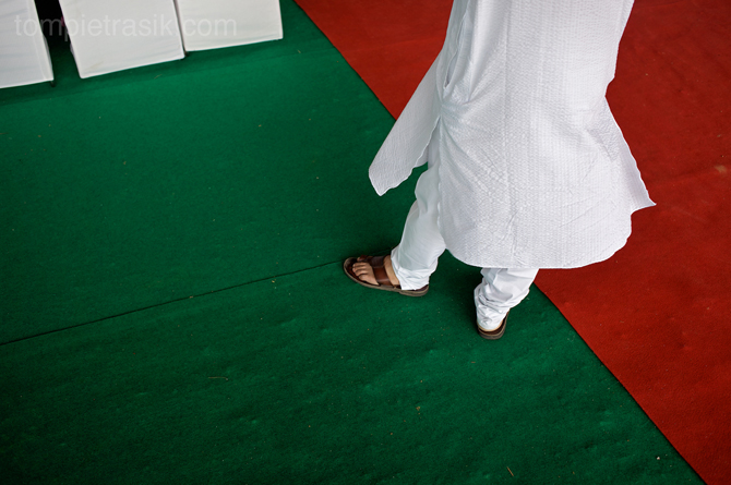 A spectator listens to a speech during the opening of a new Indian law-school. Haryana, India ©Tom Pietrasik 2009